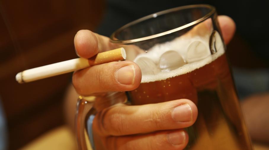 Addiction Alcool - TABAC / Pourquoi aime-t-on tant fumer lorsqu'on boit de l'alcool?